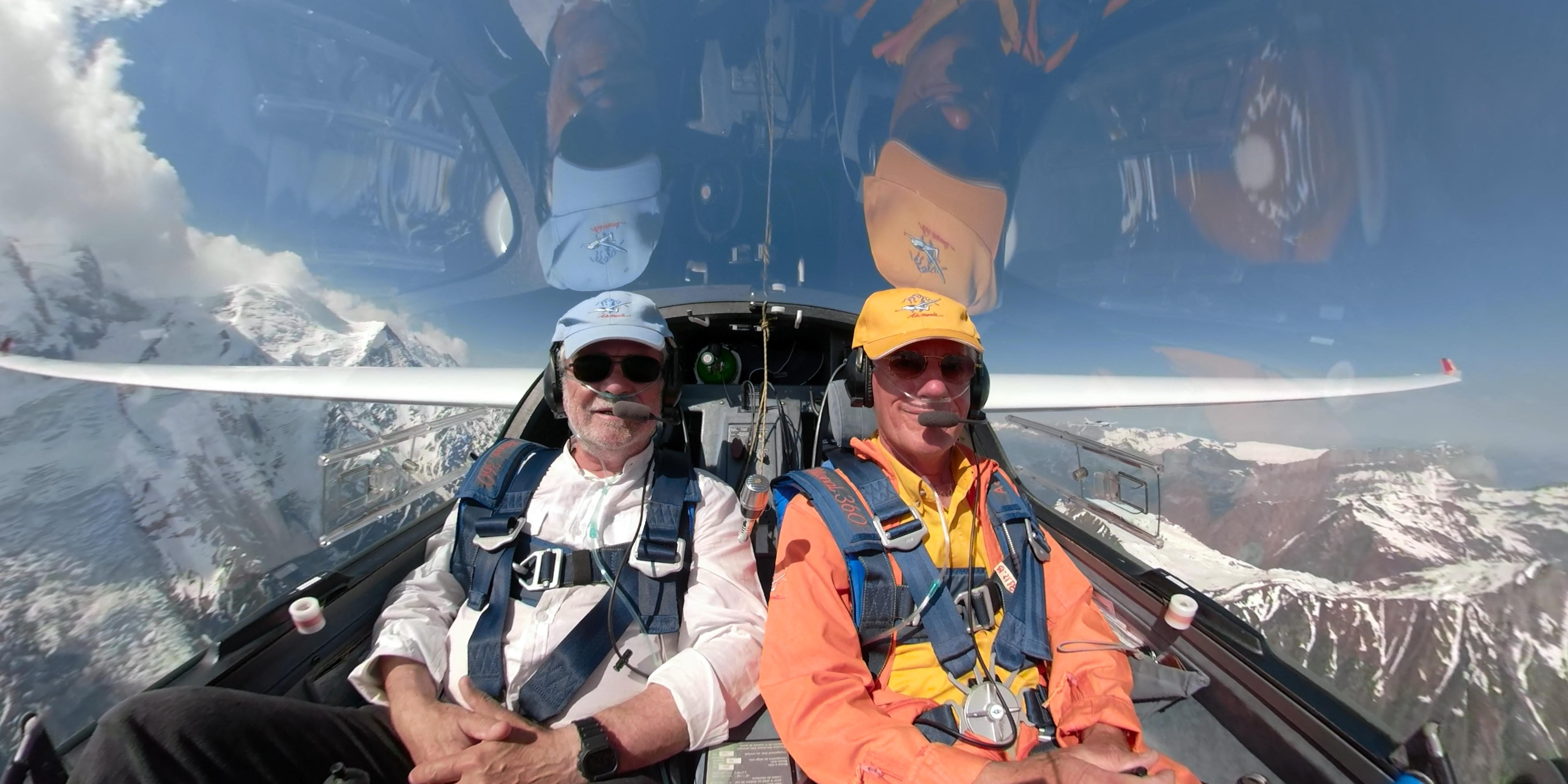 Le gagnant du 1er jeu-concours Aerobuzz10 (à gauche, en compagnie de René Dousset d'Airmonie) en vol en planeur dans la vallée du mont Blanc. ©Aerobuzz.fr