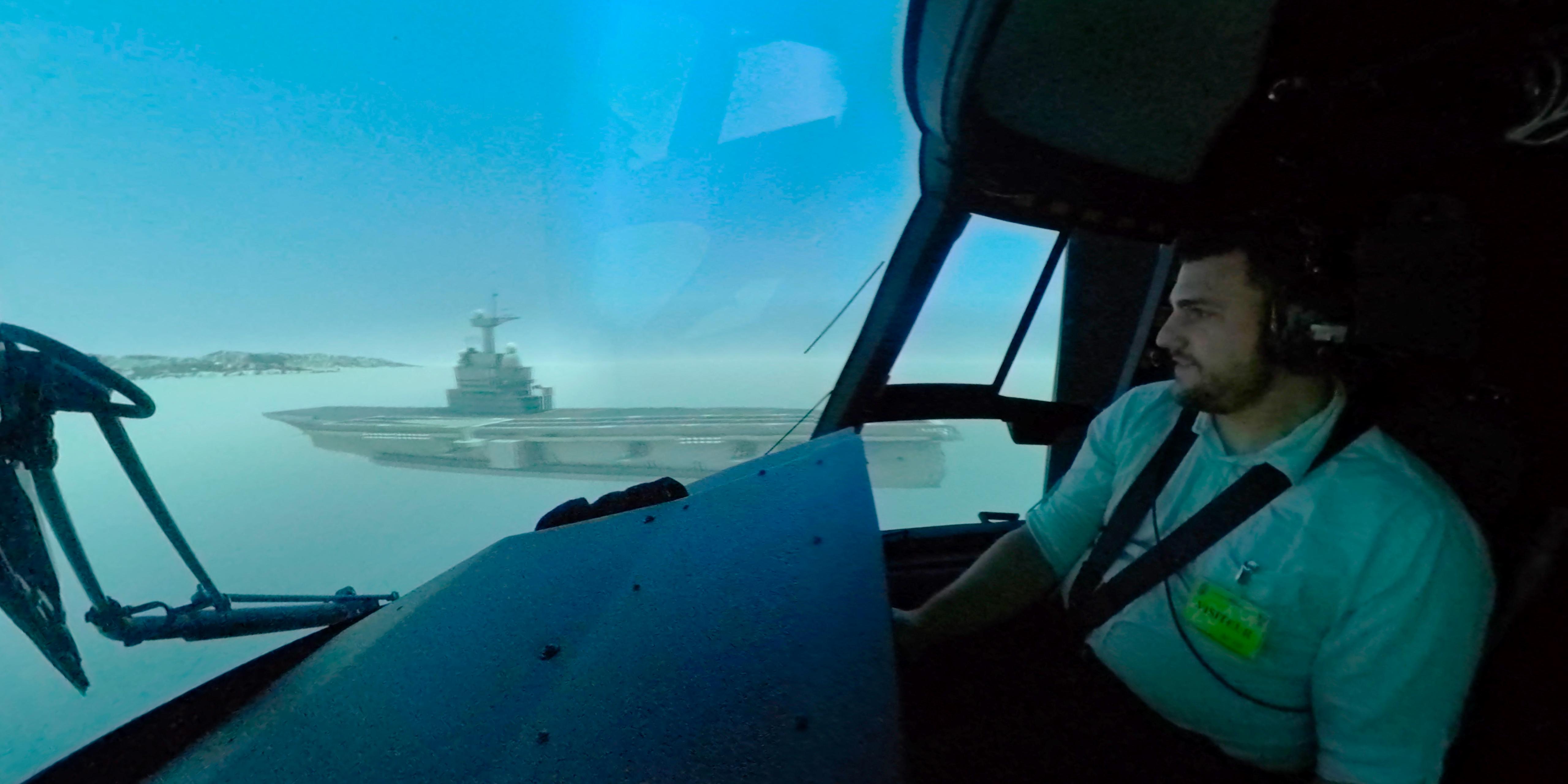 Le gagnant du 2nd jeu-concours Aerobuzz10 aux commandes du simulateur de vol d'hélicoptère de combat NH90 de l'ALAT. Simulation d'appontage sur le port-avions Charles de Gaulle. ©Aerobuzz.fr