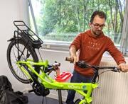 Affichez les images pour voir Morgan assembler un vélo