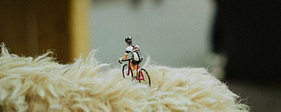 Affichez les images pour voir un petit cycliste dans la neige