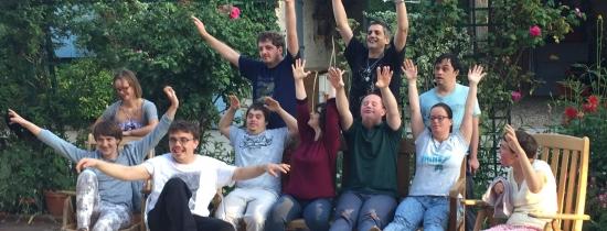 Les participants d'une résidence lèvent les bras en l'air pour montrer leur enthousiasme