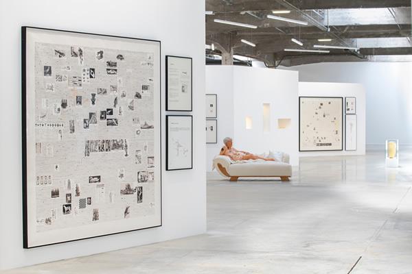 Travailler le dimanche, Gilles Barbier, HAB Galerie, 2021 © Martin Argyroglo / LVAN