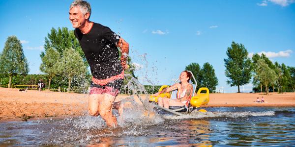 Ein Paar testet den Strandrollstuhl im Fränkischen Seenland.