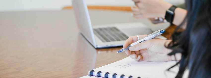 Notizbuch und aufgeklappter Laptop mit Ausschnitt der Personen, die damit arbeiten; Bild: Sarah Shaffer, Unsplash