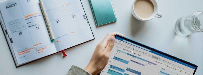 Aufgeschlagene Kalender digital und analog; Bild: Photo by Windows on Unsplash