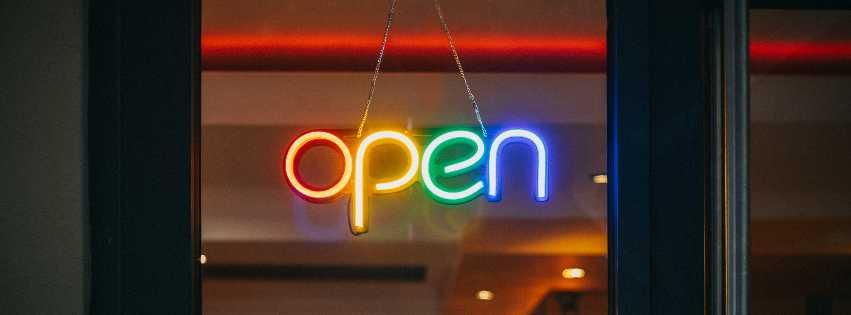 """Bunte Leuchtbuchstaben formen das Wort """"open"""" (Foto: Viktor Forgacs, Unsplash)"""